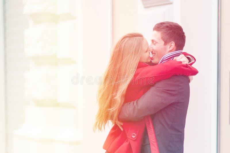 Pares jovenes que abrazan y que celebran día de San Valentín fotografía de archivo libre de regalías