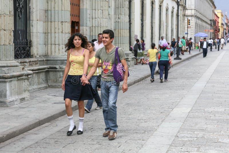 Pares jovenes que caminan por la calle central en Oaxaca, México fotografía de archivo libre de regalías