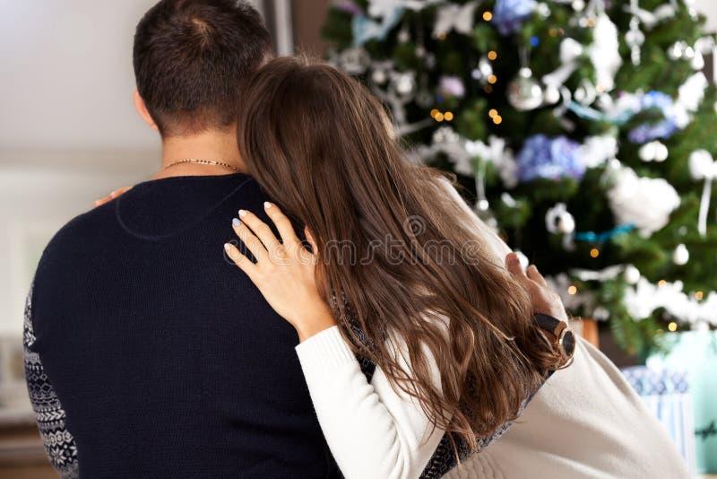Pares jovenes que celebran la Navidad en casa imagen de archivo