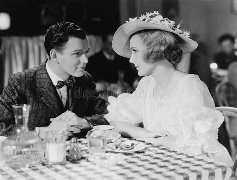 Pares jovenes que cenan en restaurante (todas las personas representadas no son vivas más largo y ningún estado existe Garantías  fotografía de archivo