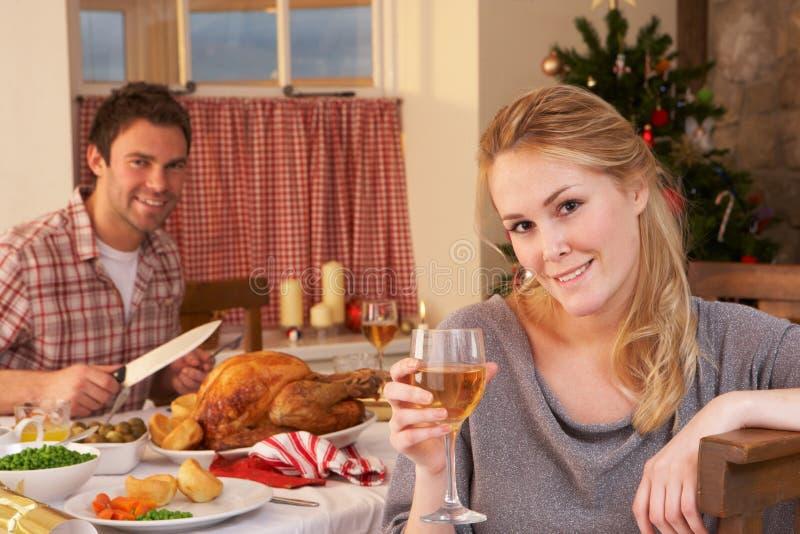 Pares jovenes que cenan la Navidad foto de archivo libre de regalías