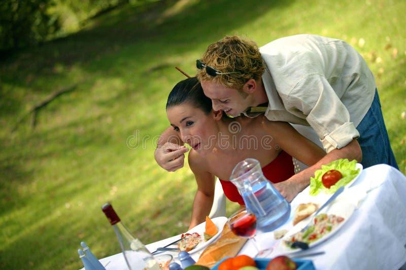 Pares jovenes que comen afuera fotos de archivo libres de regalías