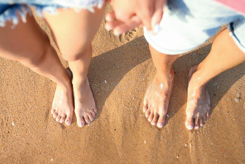 Pares jovenes que descansan junto en la playa, visión superior imagen de archivo libre de regalías