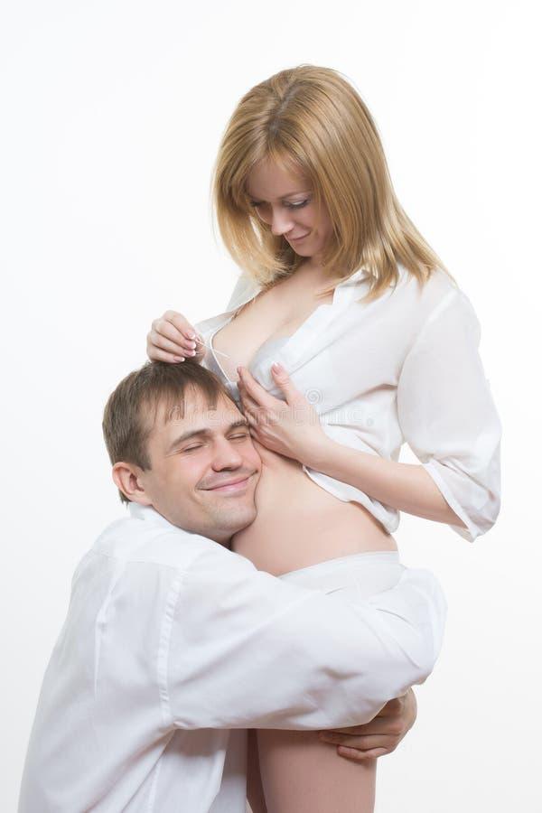 Pares jovenes que descubren resultados de un embarazo foto de archivo