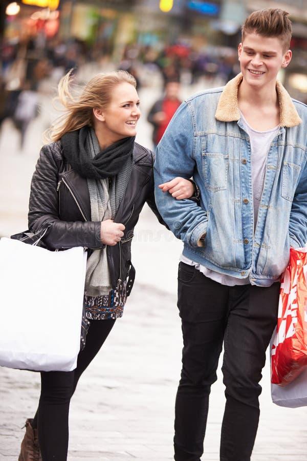 Pares jovenes que hacen compras al aire libre junto fotografía de archivo libre de regalías
