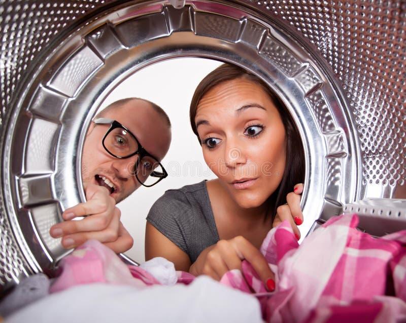 Pares jovenes que hacen el lavadero foto de archivo libre de regalías