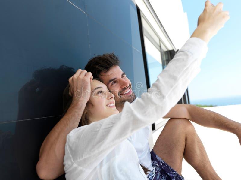 Pares jovenes que hacen el selfie junto en casa foto de archivo