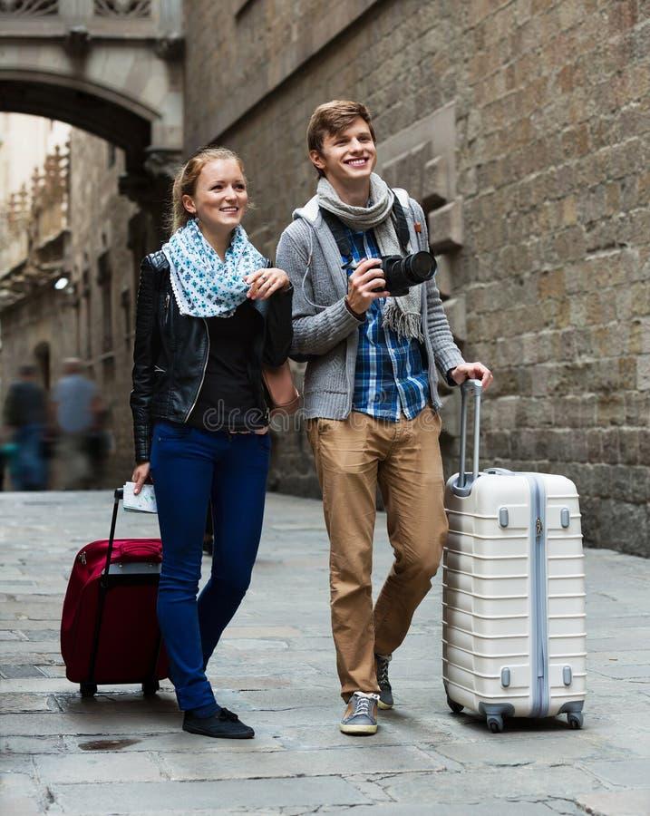 Pares jovenes que hacen turismo y que toman imágenes de la ciudad fotos de archivo