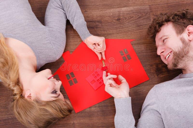 Pares jovenes que intercambian llaves imagen de archivo