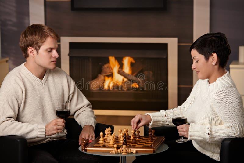 Pares jovenes que juegan a ajedrez fotos de archivo libres de regalías