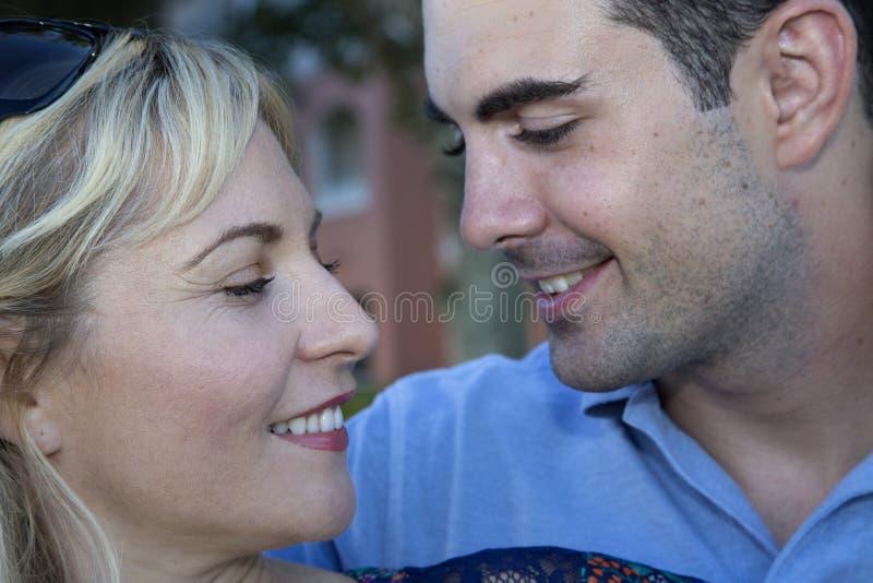 Pares jovenes que miran uno a romantically imagen de archivo