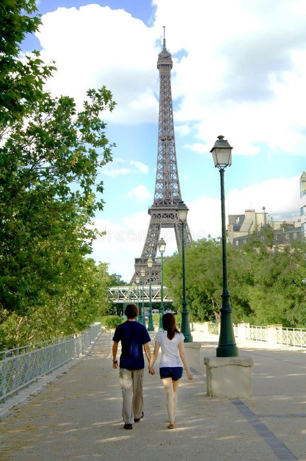 Pares jovenes que recorren en París   fotografía de archivo