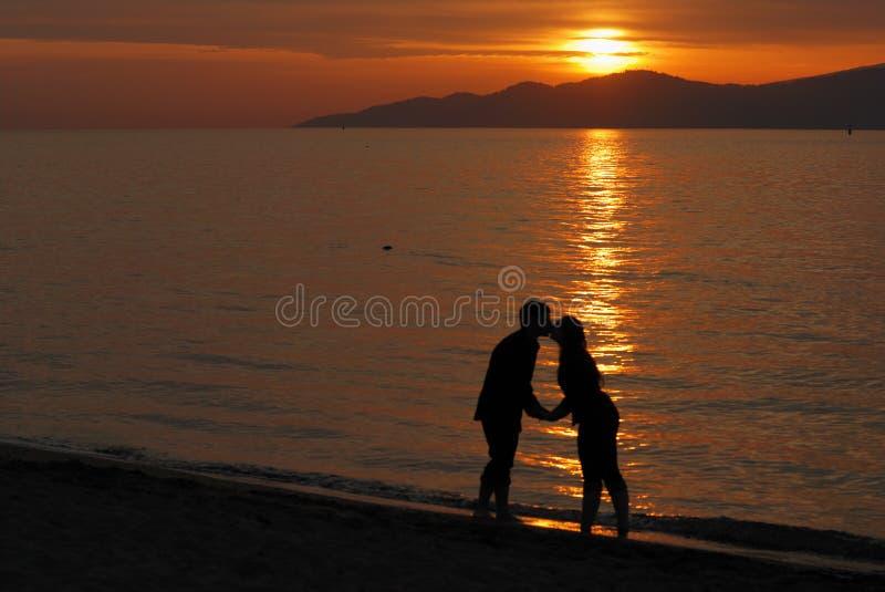 Pares jovenes que se besan en la playa de Jericho imágenes de archivo libres de regalías