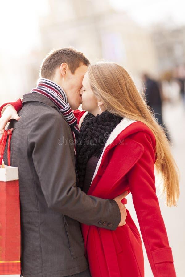 Pares jovenes que se besan y que abrazan en día de San Valentín en la ciudad, control fotografía de archivo libre de regalías