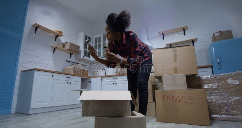 Pares jovenes que se mueven en su nuevo hogar fotos de archivo libres de regalías