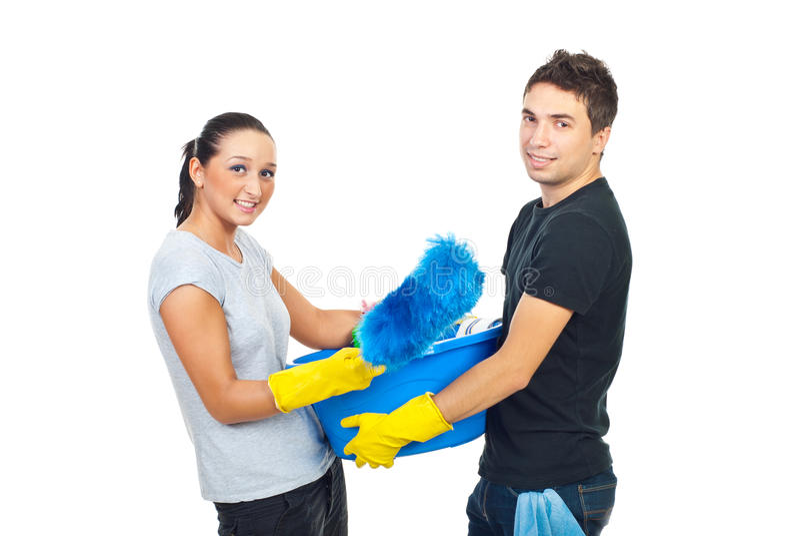 Pares jovenes que se preparan para la casa limpia foto de archivo libre de regalías
