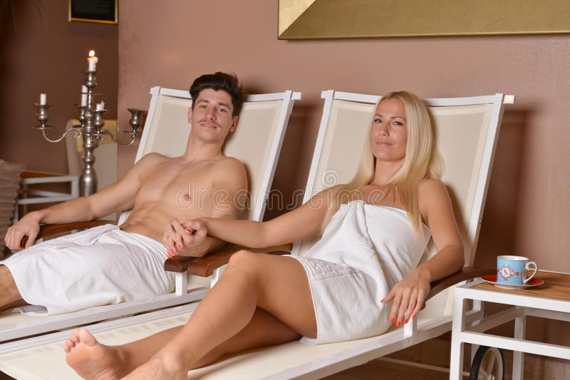 Pares jovenes que se relajan después de sauna foto de archivo