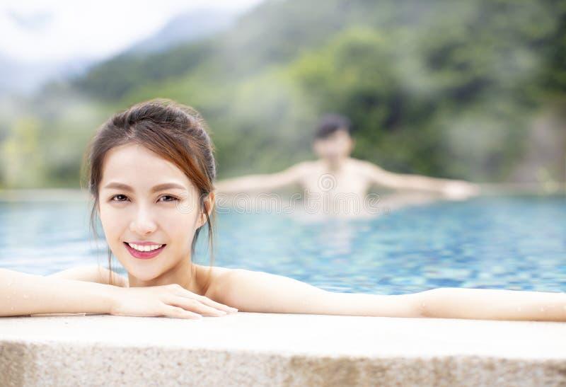 Pares jovenes que se relajan en aguas termales fotografía de archivo libre de regalías