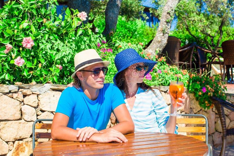 Pares jovenes que se relajan en café al aire libre Vacaciones de verano en Cerdeña, Italia foto de archivo libre de regalías