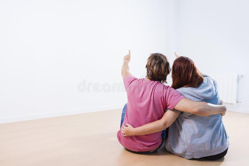 Download Pares Jovenes Que Se Sientan En Un Cuarto Imagen de archivo - Imagen de adulto, feliz: 44853609
