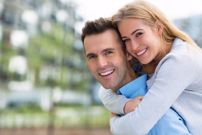Pares jovenes que sonríen al aire libre imágenes de archivo libres de regalías