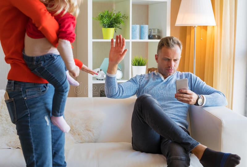 Pares jovenes que tienen dificultades en parenting junto foto de archivo