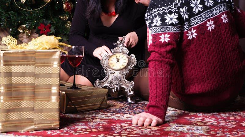 Pares jovenes que tienen partido del ` s del Año Nuevo imagen de archivo
