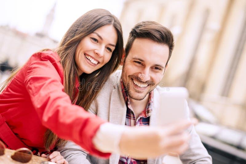 Pares jovenes que toman el selfie fotos de archivo
