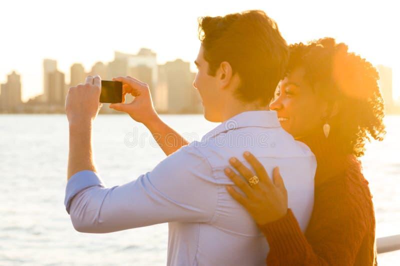 Pares jovenes que toman las fotos foto de archivo libre de regalías