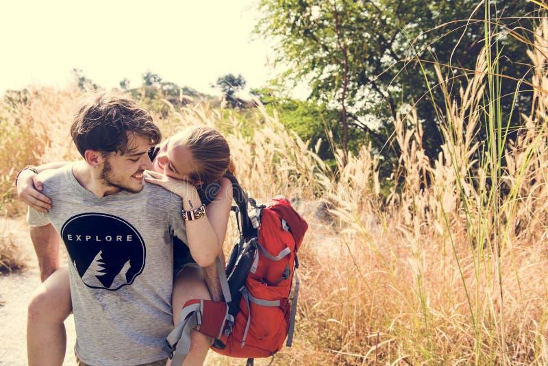 Pares jovenes que viajan al aire libre junto imagen de archivo libre de regalías