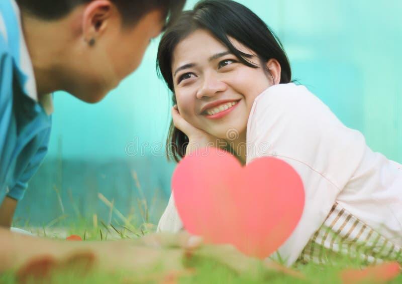 Pares jovenes románticos en amor foto de archivo