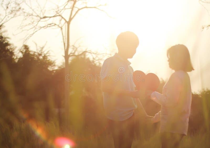 Pares jovenes románticos en amor foto de archivo libre de regalías