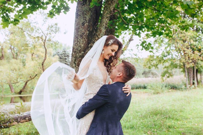Pares jovenes románticos felices caucásicos que celebran su boda fotografía de archivo libre de regalías