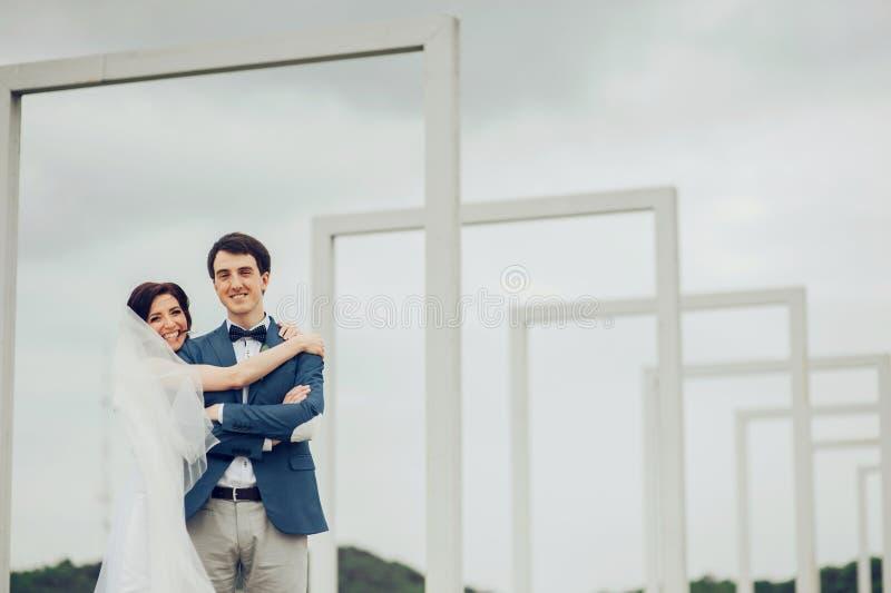Pares jovenes románticos felices caucásicos que celebran su boda foto de archivo libre de regalías
