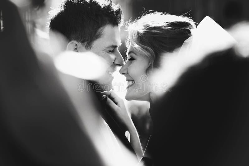 Pares jovenes románticos felices caucásicos que celebran su marria imágenes de archivo libres de regalías