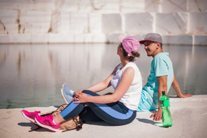Pares jovenes románticos que gozan en el lago hermoso foto de archivo