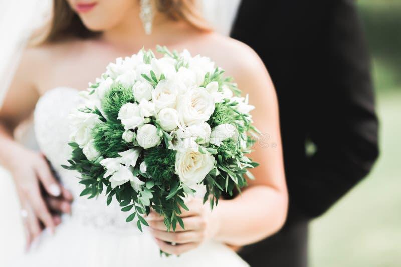 Pares jovenes rom?nticos felices cauc?sicos que celebran su boda outdoor imagen de archivo