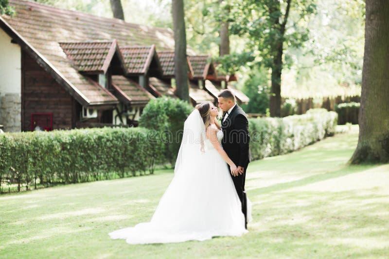 Pares jovenes rom?nticos felices cauc?sicos que celebran su boda outdoor fotos de archivo libres de regalías