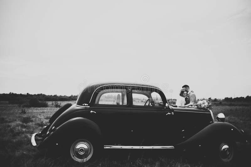 Pares jovenes rom?nticos felices cauc?sicos que celebran su boda outdoor fotografía de archivo libre de regalías