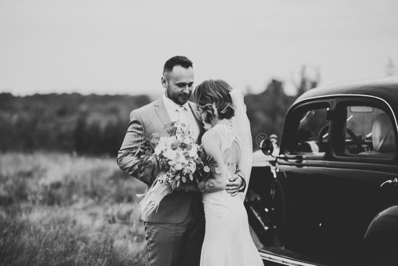 Pares jovenes rom?nticos felices cauc?sicos que celebran su boda outdoor fotografía de archivo