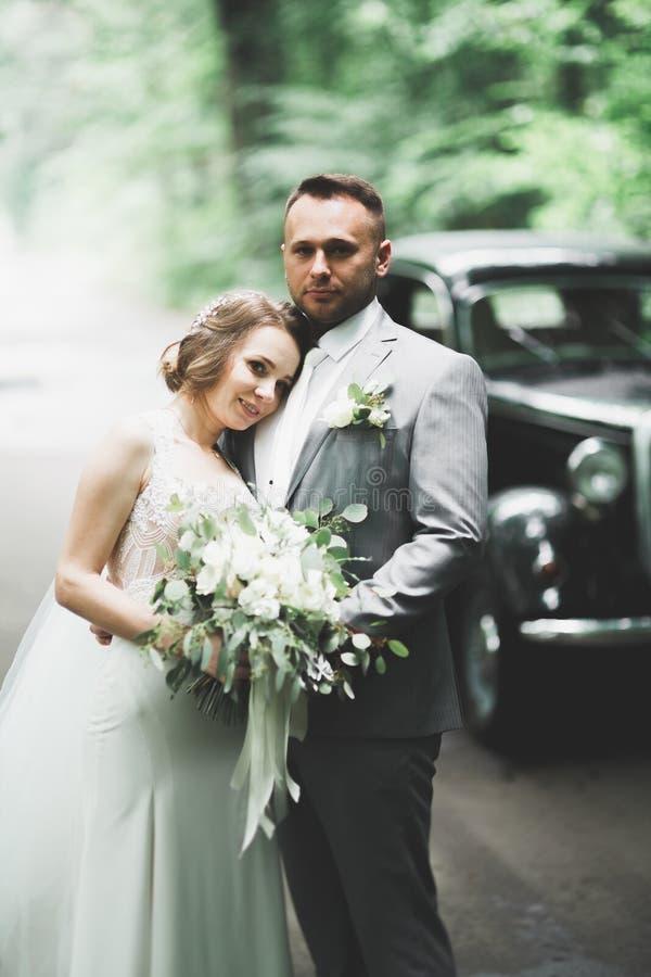 Pares jovenes rom?nticos felices cauc?sicos que celebran su boda outdoor foto de archivo