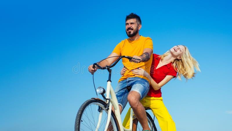 Pares jovenes rom?nticos J?ntese es joven y en amor Vacaciones de verano talking lazo Sensaci?n y emoci?n imágenes de archivo libres de regalías