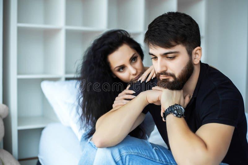 Pares jovenes trastornados que tienen problemas con el sexo imagenes de archivo