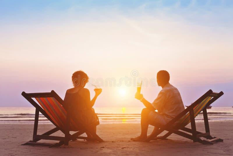 Pares jubilados en la playa fotos de archivo