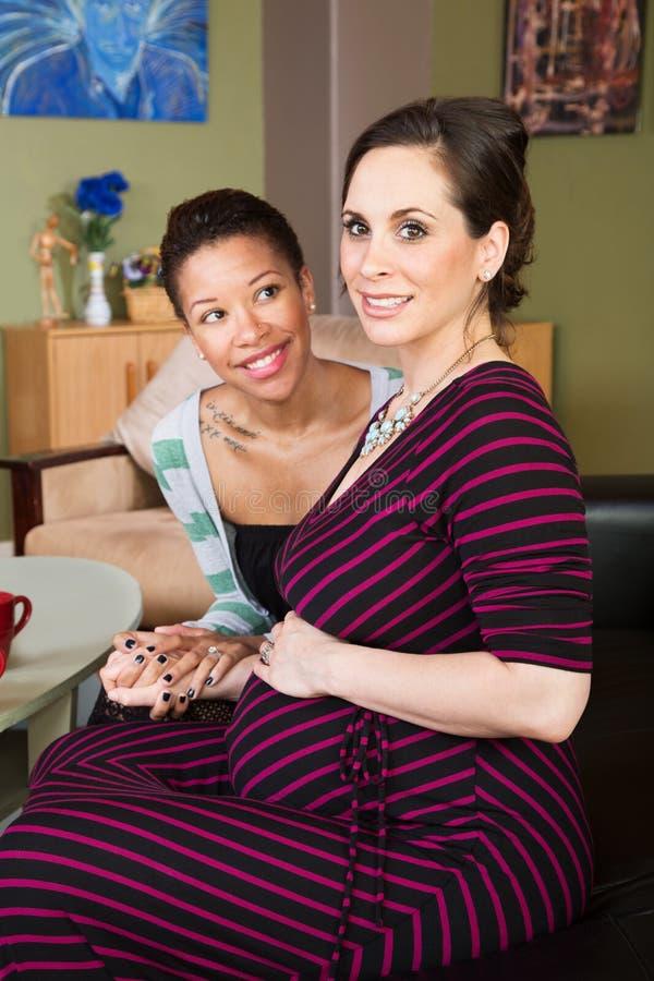 Pares lésbicas atrativos que esperam o bebê foto de stock royalty free