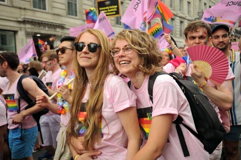 Pares lésbicas na parada de orgulho em Londres, Inglaterra 2019 fotografia de stock