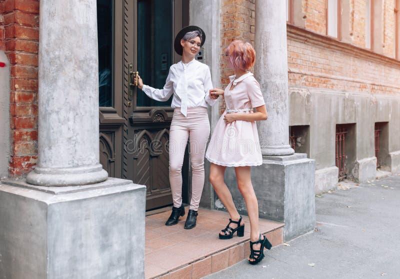 Pares lésbicas perto da construção velha na cidade imagens de stock royalty free