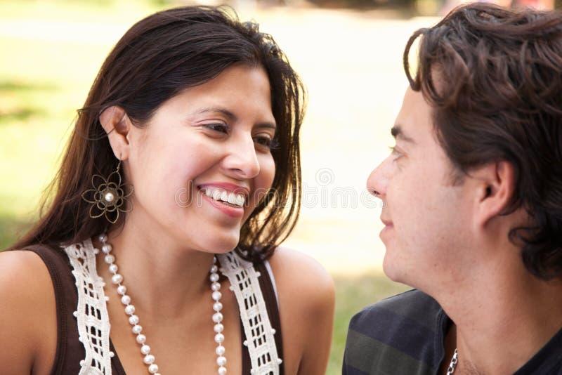 Pares latino-americanos atrativos loving no parque foto de stock