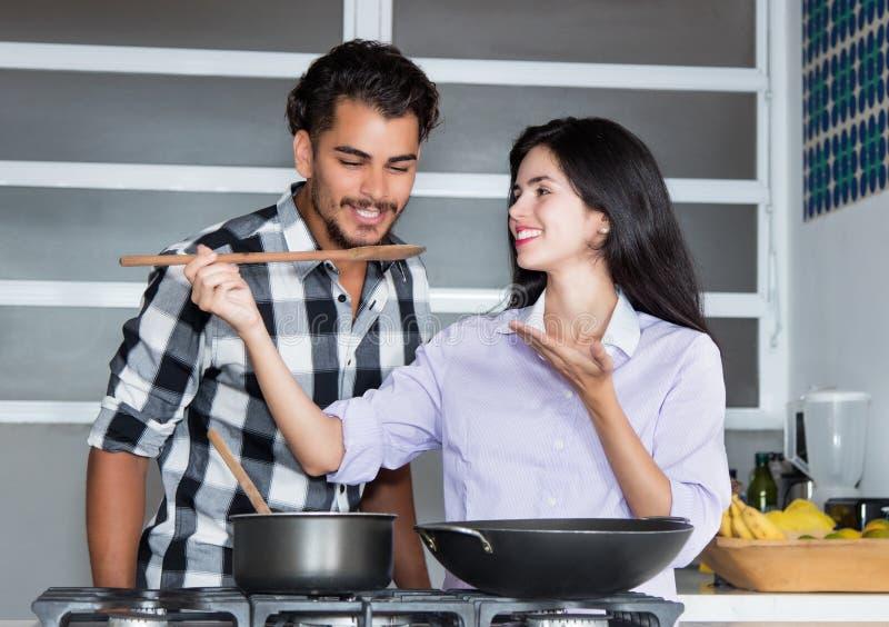 Pares latino-americanos do amor que cozinham na cozinha imagens de stock royalty free