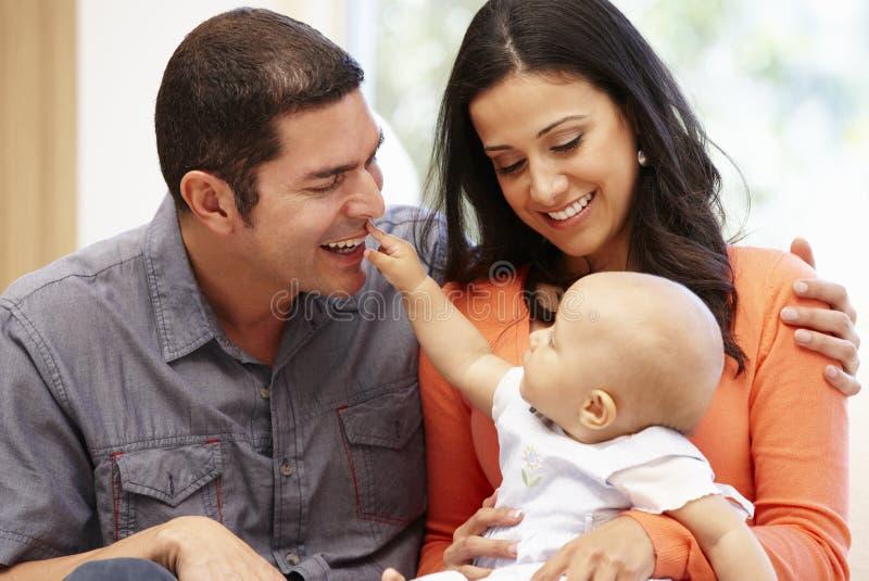 Pares latino-americanos em casa com bebê fotos de stock royalty free